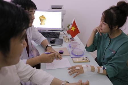 Phi Thanh Vân lắng nghe bác sĩ tư vấn về tình trạng của mình cũng như lựa chọn túi ngực phù hợp1