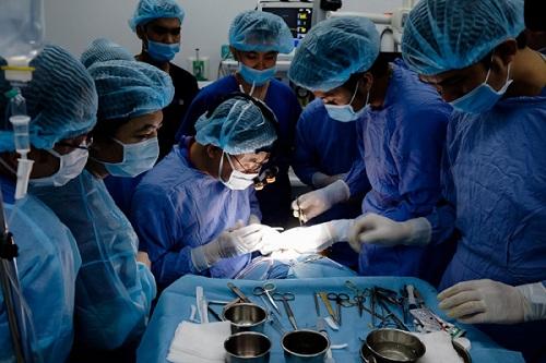 Quá trình nâng ngực nội soi được sự hỗ trợ của đội ngũ bác sĩ hùng hậu và công nghệ nâng ngực nội soi hiện đại1