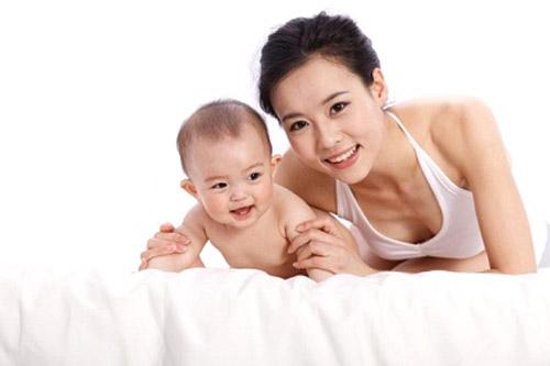 phụ nữ sau sinh nâng ngực có an toàn không